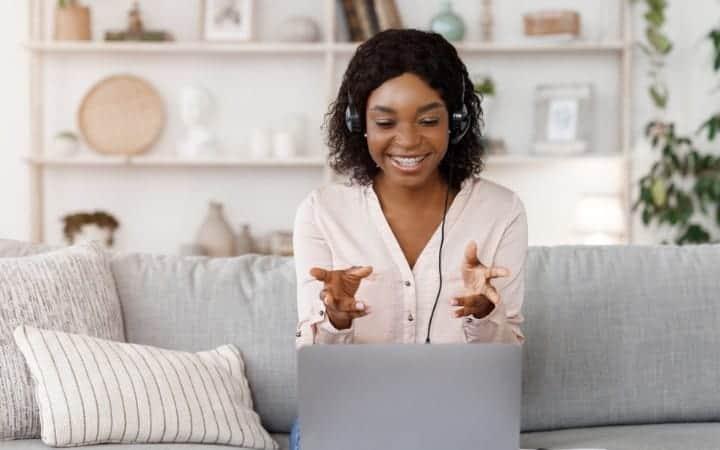Online tutor giving lessons online via Skooli